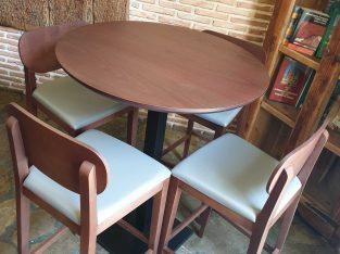 Mesas altas y banquetas de gran calidad