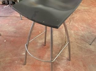 Taburetes asiento negro y patas cromadas