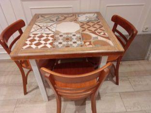 Lote de 5 mesas de diseño hechas con azulejos