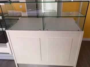 Mostrador neutro con vitrina de cristal