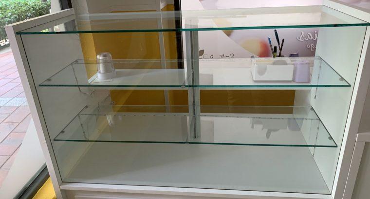 Mostrador neutro de panaderia con vitrina